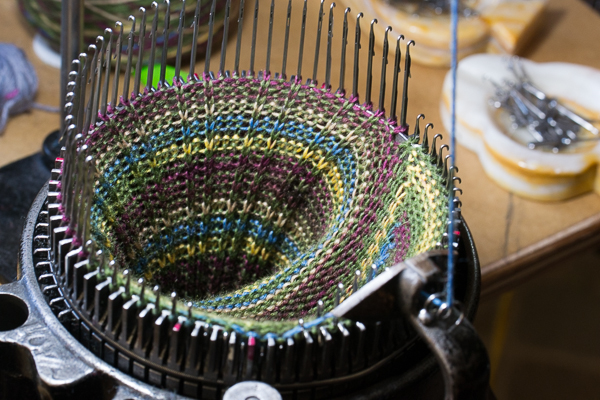 Stop with the yarn carrier in the front and push the back needles down. Crank to the last stitch.