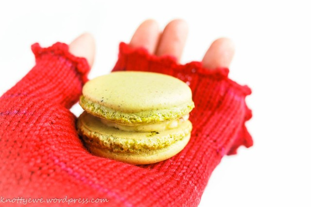 Mitten and pistachio macaron